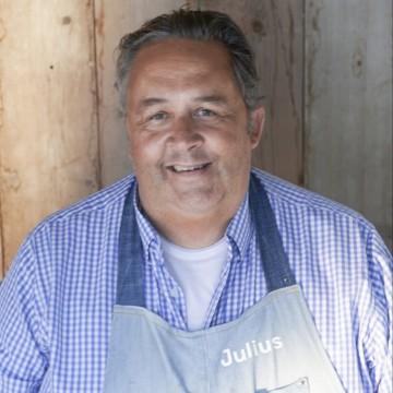 JULIUS JASPERS Jurylid bij zowel Masterchef als Topchef en misschien wel Nederlands meest bekende tv-chef. Zeer succesvol kookboekenschrijver en mede-oprichter van o.a. Happyhappyjoyjoy.